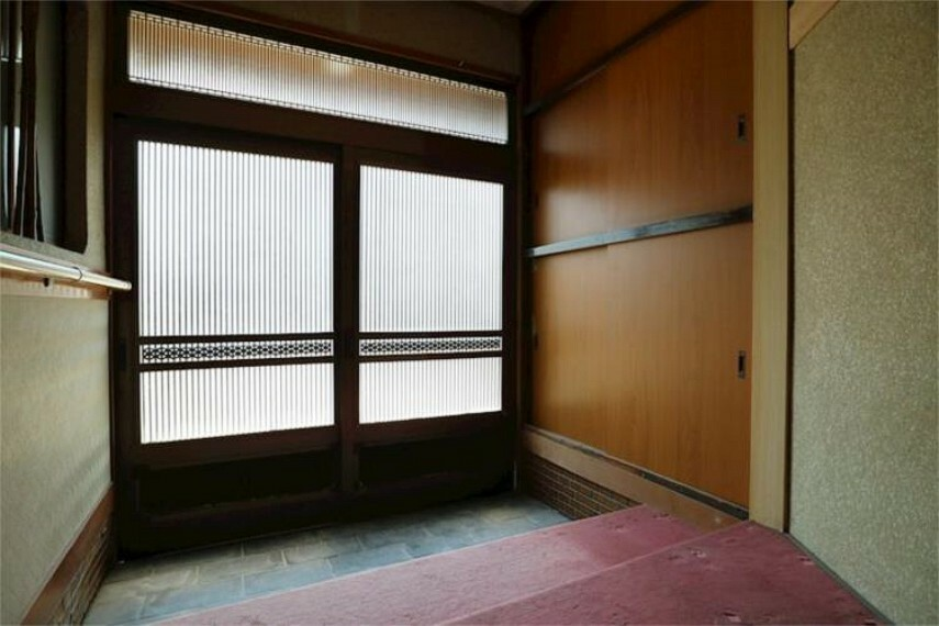 玄関 引き戸からの日差しが明るい広々とした玄関です。