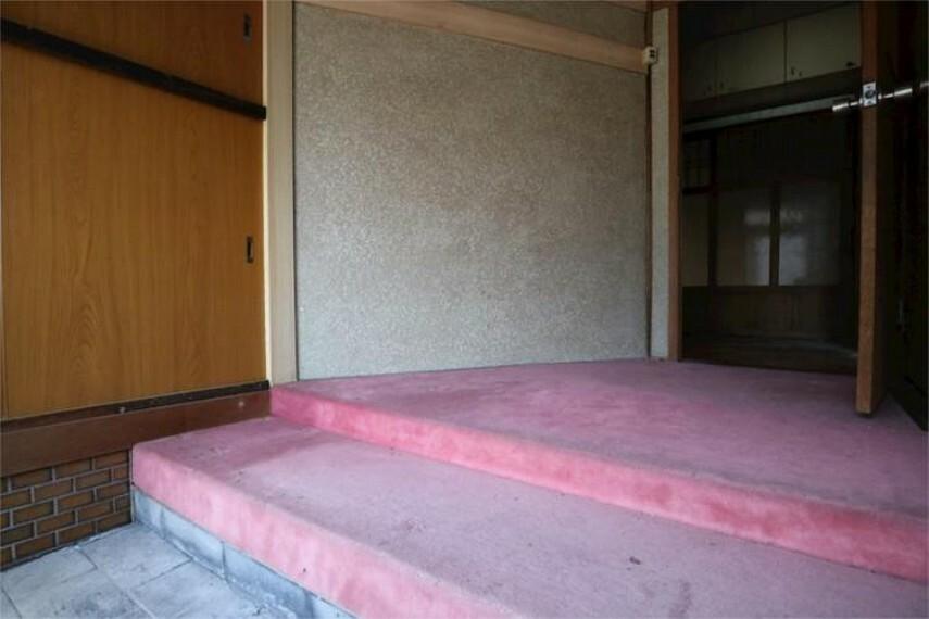 玄関 玄関ホールは絨毯敷きで気持ちよくお客様をお迎えできます。