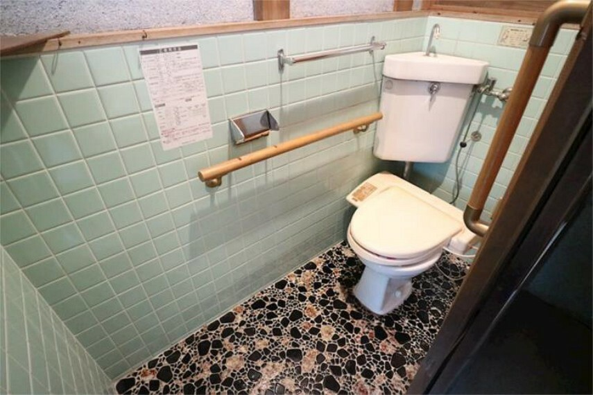 トイレ トイレにも手摺があります。