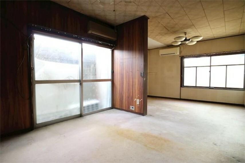 居間・リビング 1Fリビング9.75帖。それぞれにエアコン付きで、区切って2部屋としても使えます。