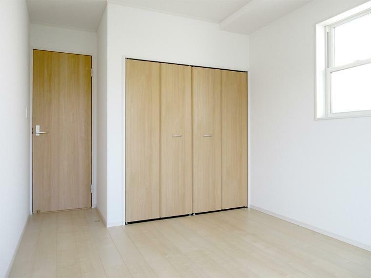 洋室 (同社施工例)全居室に収納があるのでタンスいらずでお部屋もスッキリします