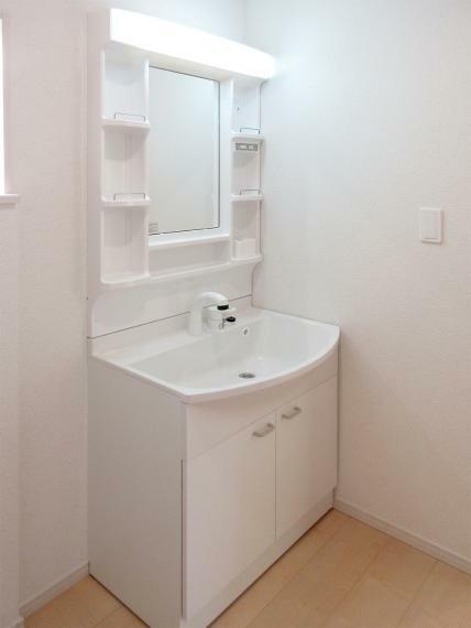 洗面化粧台 (同社施工例)シャワー付きの洗面化粧台はお掃除のときにも便利です