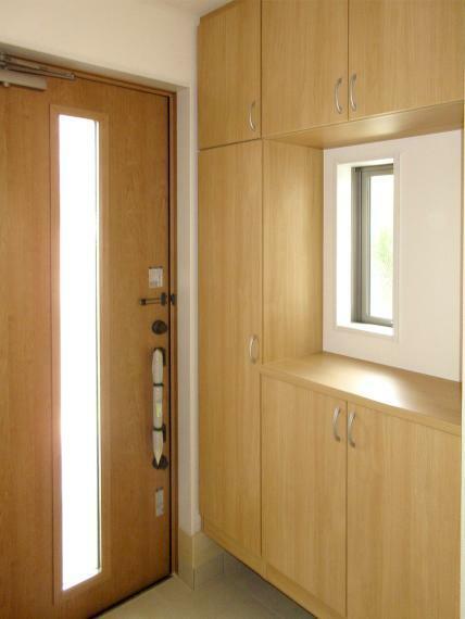 玄関 (同社施工例)シューズボックスがあるので玄関もスッキリ片付きます