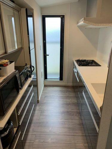 キッチン 背面にはカップボードがあるので、作業効率アップ。使いやすさを考慮したキッチンです。
