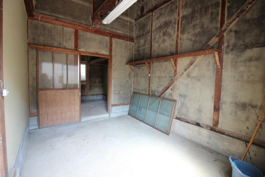 母屋倉庫内 倉庫は2つ連結されています。多趣味なご家族にも重宝するゆとりの広さです。