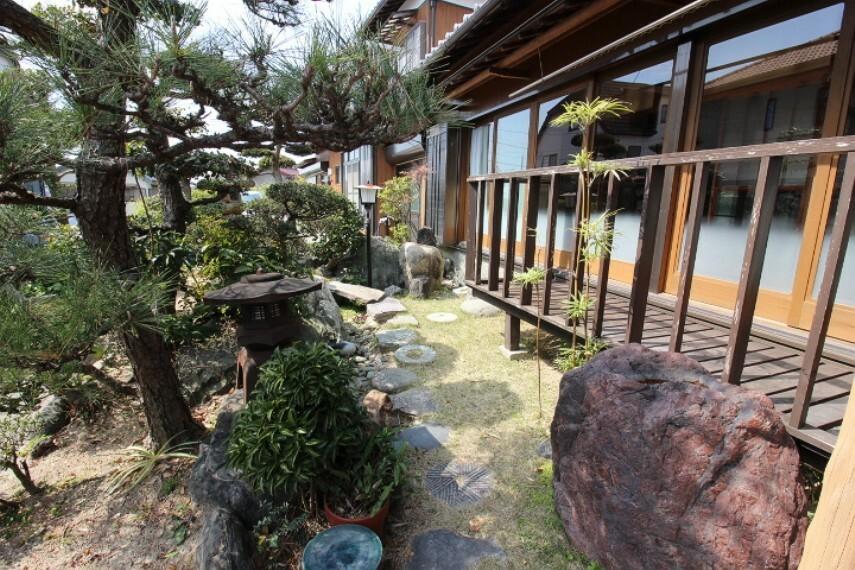 庭 植栽や園芸も楽しめる日当たり良好な庭付きです。