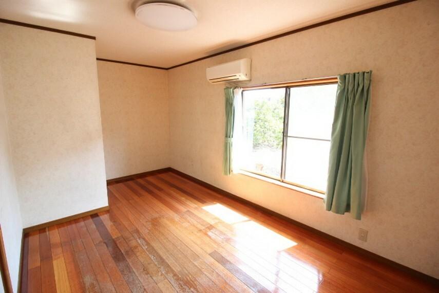 洋室 母屋洋室 南面から光をたっぷり取り込む明るい居室です。