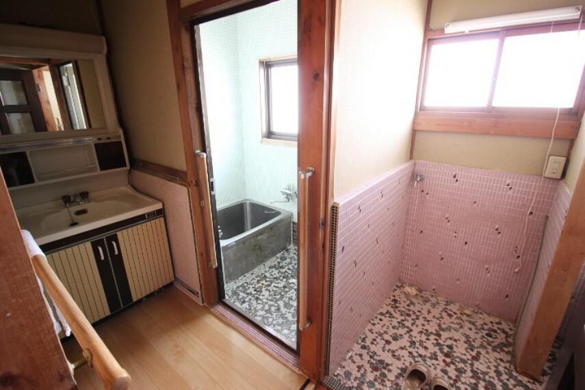 浴室 母屋浴室 トイレと統一感のある浴室と洗面用品もたっぷりしまえる洗面台です。