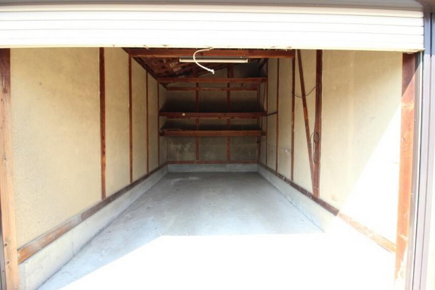 離れ倉庫 シャッターが付いた倉庫です。 多趣味の方にも重宝するスペースですね。
