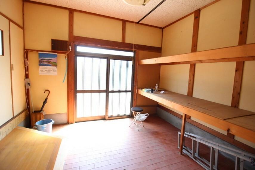 離れ土間 玄関土間には使い勝手の良い棚が備え付けです。整理整頓にも便利ですね。