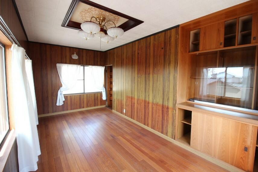 洋室 離れ2F洋室 がらりと雰囲気が変わるモダンな洋室です。使い勝手の良い棚が備え付けです。