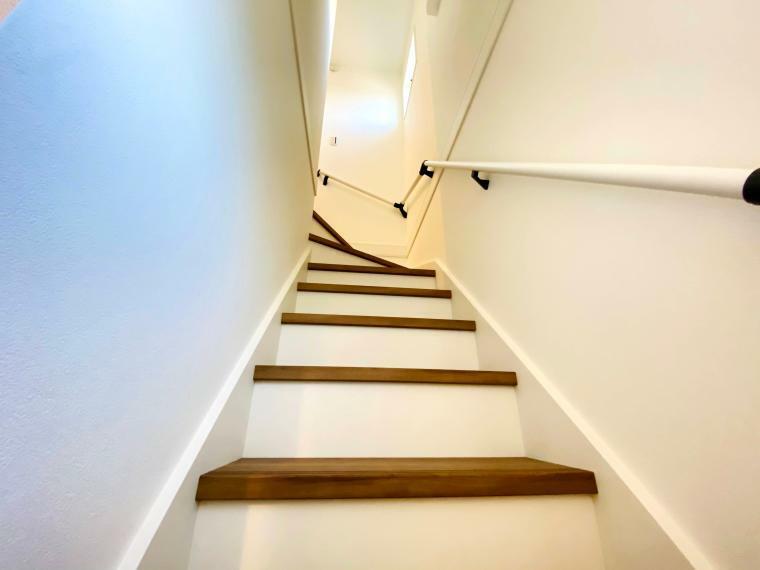 手摺付階段でお子様やご高齢の方も安心して上り下りできます