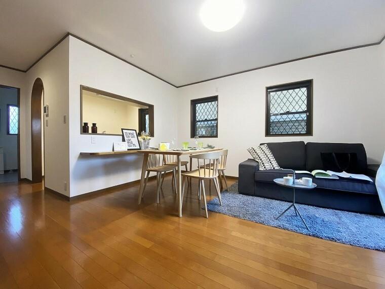 居間・リビング ■リビング■ 落ち着いた印象の心地よいリビングは、リビング階段&対面キッチン採用。家族が自然に集まる寛ぎの住空間で、団欒の時をお過ごしください。
