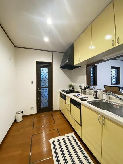 キッチン ■キッチン■ 床下収納、勝手口のついた使い勝手の良いキッチンです。コミュニケーションをとりながらお料理することができ、自然と何かを作りたくなる気にさせてくれます。