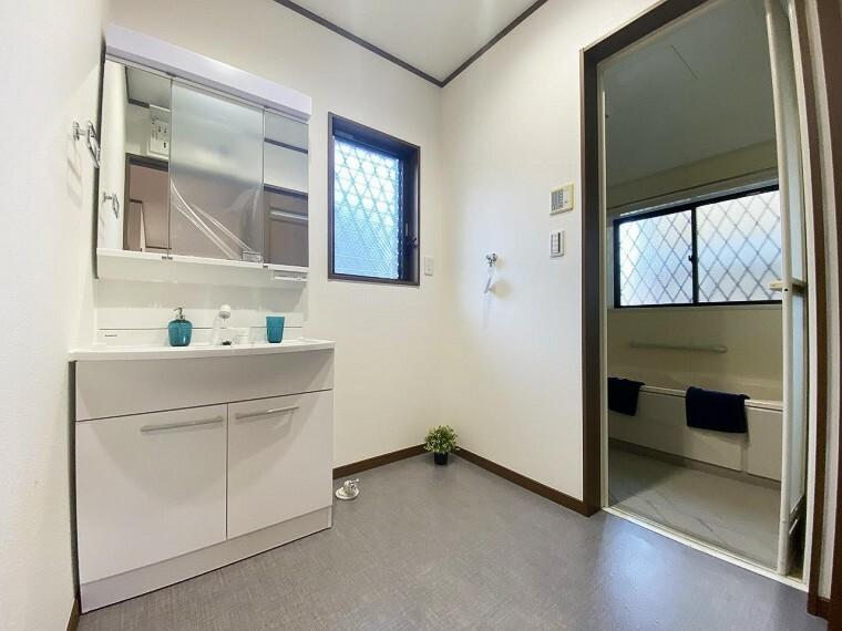 洗面化粧台 ■洗面所■ 洗面化粧台新規交換済。ミラー裏は収納なので、化粧品やスプレーをたっぷりしまえます。毎日使う場所だからこそ、快適な空間となるよう収納スペースを確保しました。