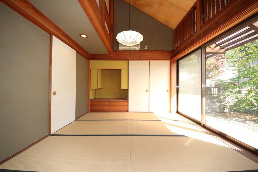 和室 大きな窓からの景色が絵画のようで素晴らしいです!