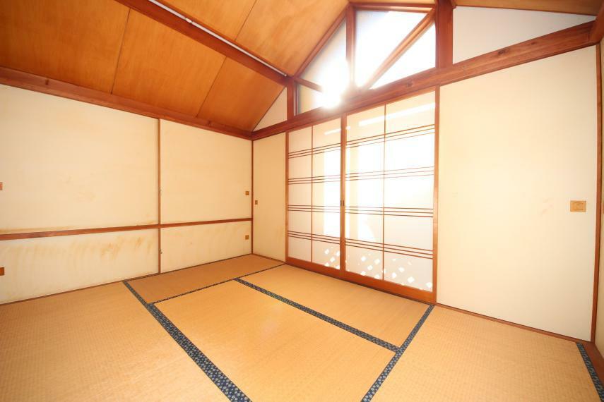 和室 2階の和室は明るい日差しがたっぷり降り注ぎます
