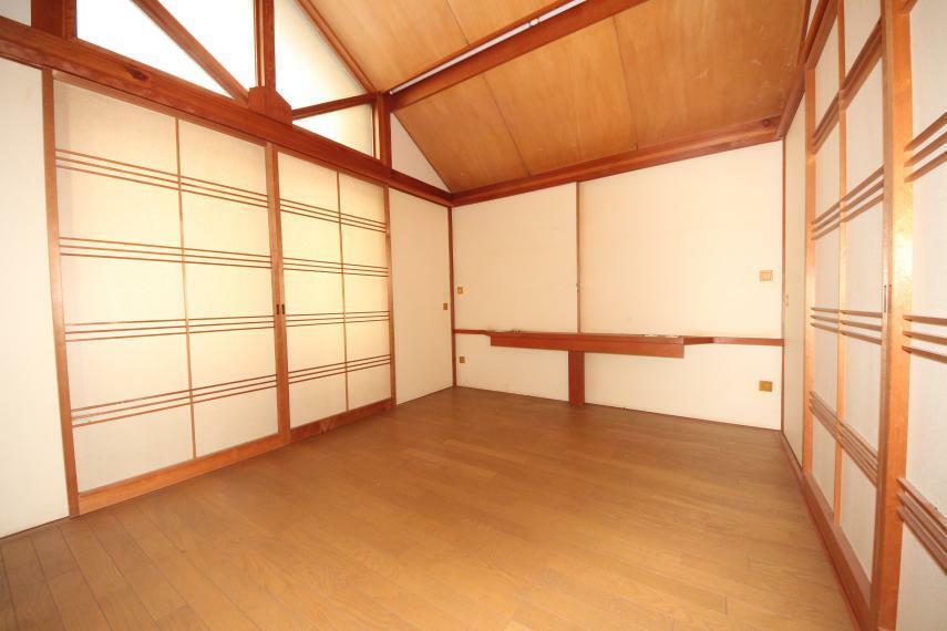 和室 壁一面の収納スペースは家族全員の荷物が収まります