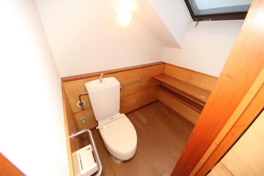 トイレ 手すり付きでお年寄りにも安心の広々としたお手洗い