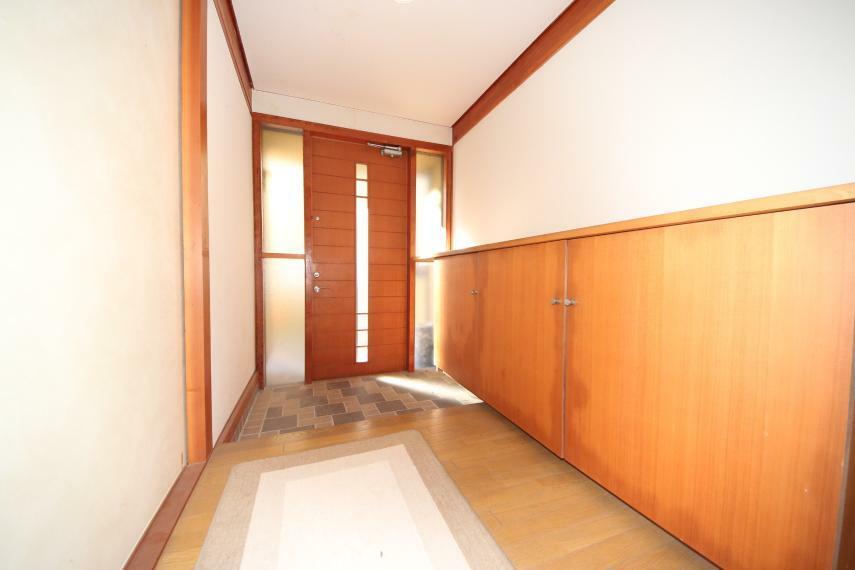 玄関 明るい玄関にもたっぷりの収納が付いています 下駄箱の上は棚代わりにも使えます