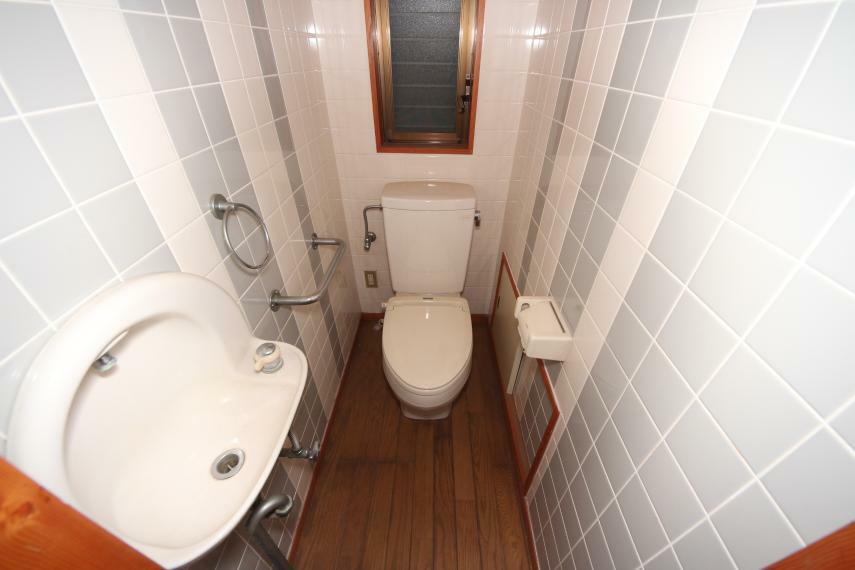 トイレ 壁掃除が楽なタイルのトイレ 手洗いも付いています