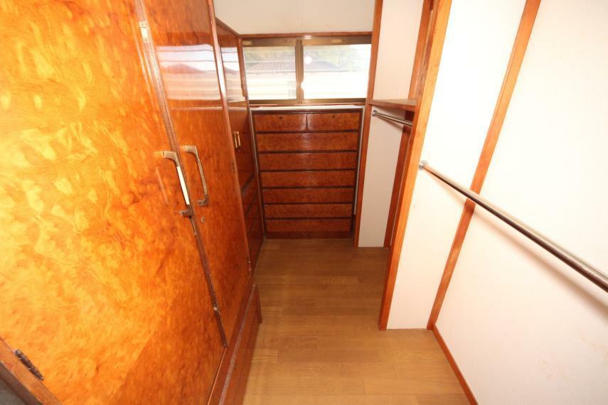 収納 2階の納戸には棚やポールが付いているので収納もしやすいですよ!