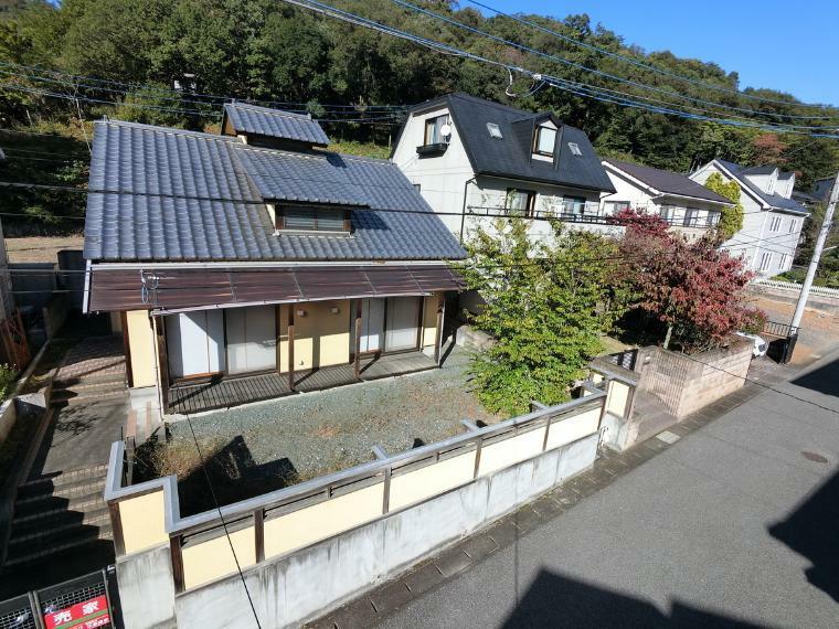 庭 落ち着いたたたずまいの和風邸宅 近くには山があり、毎朝のお散歩コースにしてもいいですよね!