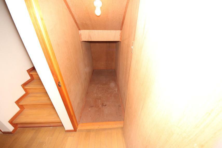 収納 階段下にもスペースを利用した収納がございます!