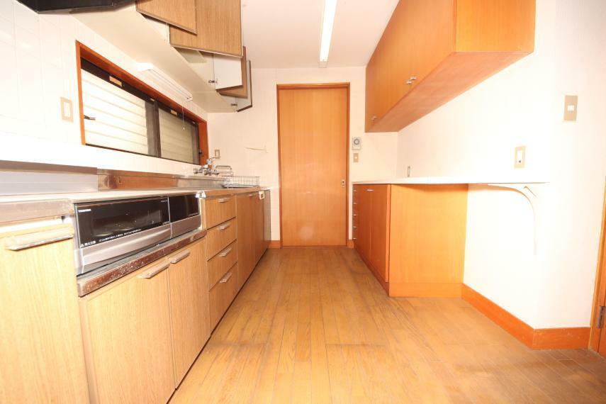 キッチン キッチン背面収納も充実していて食器や食材もたっぷりと収まります