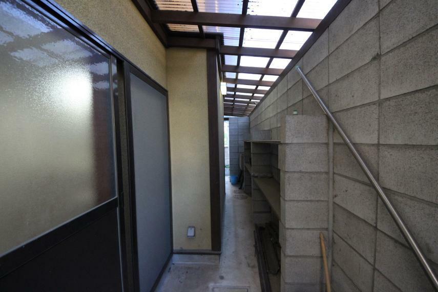 庭 屋根付きの収納スペース 倉庫代わりに使えそうです!