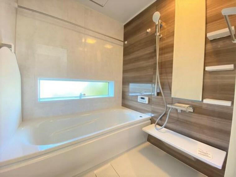 浴室 浴室には窓も付いており、湿気を逃がします。