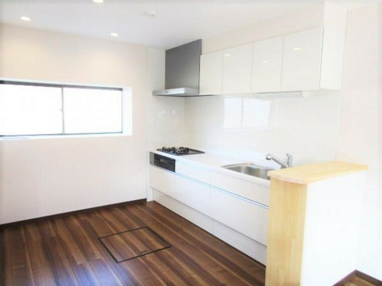 キッチン 【リフォーム済】キッチンです。キッチンは永大産業製の新品に交換しました。天板は人工大理石製なので、熱に強く傷つきにくいため毎日のお手入れが簡単です。