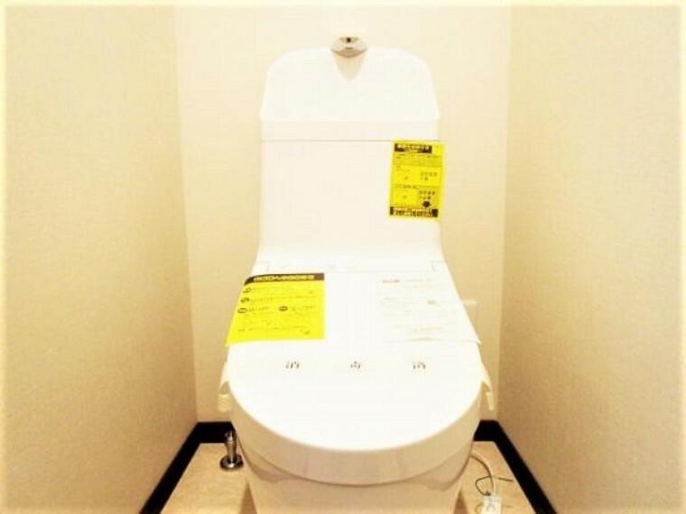 トイレ 【リフォーム済】トイレです。トイレはTOTO製の温水洗浄機能付きに新品交換しました。表面は凹凸がないため汚れが付きにくく、継ぎ目のない形状でお手入れが簡単です。節水機能付きなのでお財布にも優しいですね。