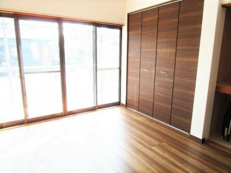 【リフォーム済】1階和室6帖のお部屋です。フローリングの張替え、壁・天井のクロスの張替えを行い洋室6帖に間取り変更いたしました。ご夫婦の寝室にいかがでしょうか。