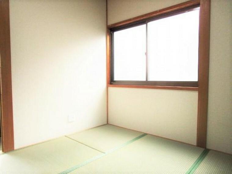 【リフォーム済】1階和室4.5帖の写真です。畳の表替え、壁・天井のクロスの張替えを行いました。広さが4.5帖とコンパクトですが落ち着ける空間になっています。
