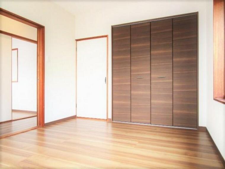 【リフォーム済】2階洋室6帖のお部屋です。フローリングの重ね張り、壁・天井のクロスの張替えを行いました。2面採光なので日当たりが良いです。お子様のお部屋にいかがですか。