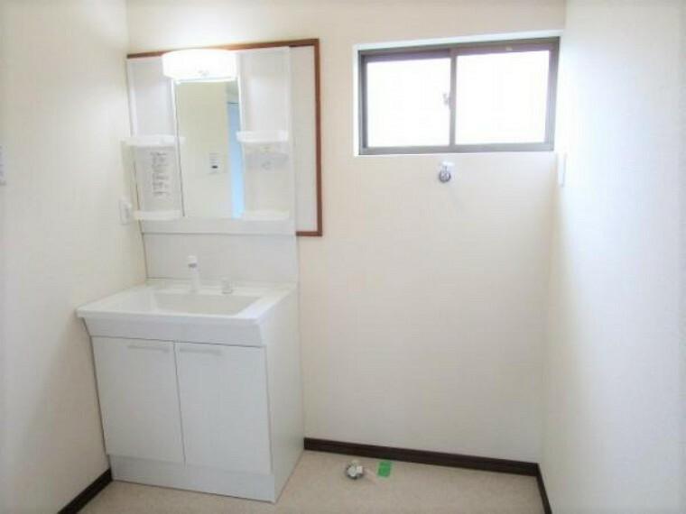 洗面化粧台 【リフォーム済】洗面・脱衣所です。壁・天井のクロスの張替えを行い、床はクッションフロアに張り替えました。洗面化粧台はTOTO製の新品に交換しました。