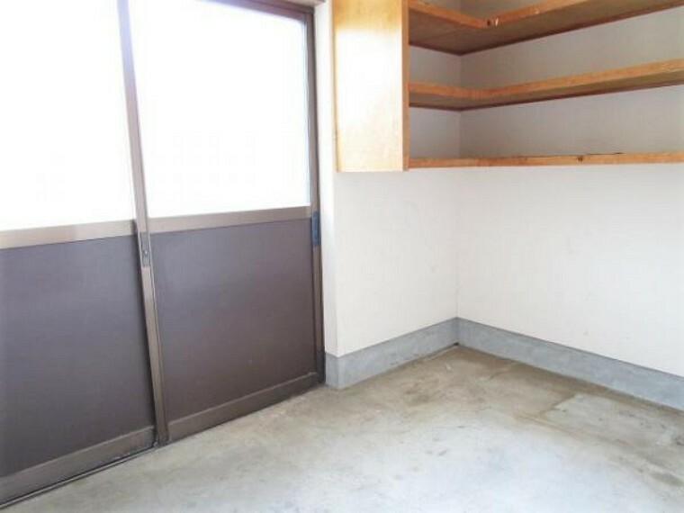 【リフォーム済】1階倉庫の写真です。壁・天井は塗装を行い、床はクリーニングを行いました。広さは約3帖あります。趣味の道具のお手入れや保管にぴったりですね。