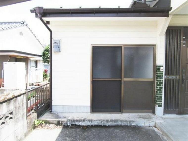外観写真 【リフォーム済】外側から見た倉庫です。塗装と照明を新設しました。外側と内側に1つずつ入口ドアがついています。