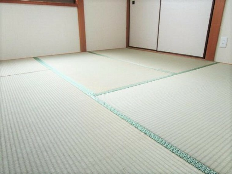 【リフォーム済】畳は表替えを行います。イグサの香りに癒されながらごろ寝が出来る和の空間は小さなお子様にもご年配の方にもくつろぎの場になるので1室あると嬉しいですね。