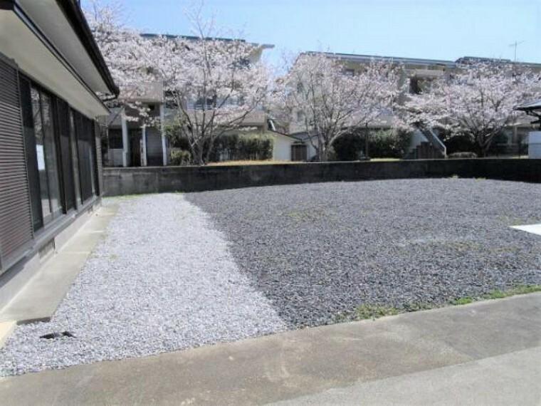 外観写真 【リフォーム済】駐車スペースです。正面のブロック塀を撤去し車の出し入れをしやすくしました。