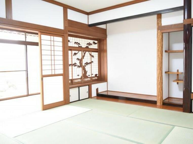 【リフォーム済】1階8帖の和室は落ち着いた雰囲気です。畳の表替え、襖と障子は張り替えました。床の間には生花など飾って頂くと一層華やかな空間になりますね。