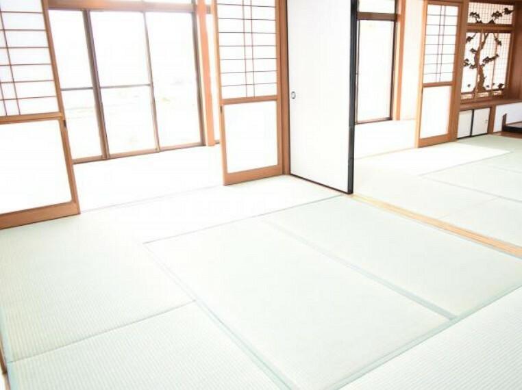 【リフォーム済】二間続きの和室です。畳の張替、照明交換等しました。お客様をお招きしても十分な広さですね。