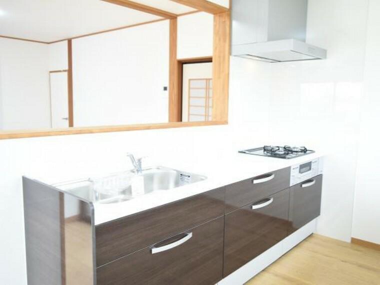 キッチン 【リフォーム済】Housetec製のシステムキッチンへ交換しました。人工大理石の天板仕様と引出し式の収納でスタイリッシュなデザインです。