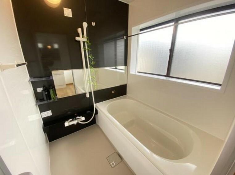 浴室 【リフォーム済】Housetec製のユニットバスへ交換しました。追い焚き、お湯張りがリモコンで簡単操作となります。ゆっくり足を伸ばせる1坪タイプです