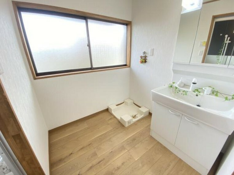 洗面化粧台 【リフォーム済】洗面化粧台は新品に交換しました。脱衣場廻りはクロスや床を張り替えて清潔に仕上げました。。洗濯機を置いても十分な広さです。