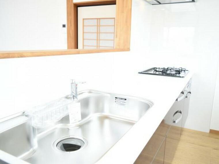 キッチン 【ワークトップ】システムキッチンの天板は人工大理石で熱に強く傷付きにくいですよ。