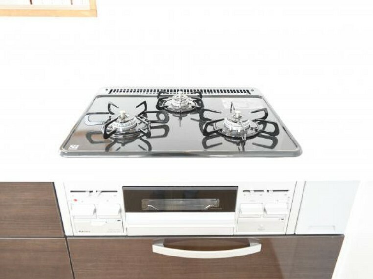 キッチン 【コンロ】3口あるコンロの同時進行で時間短縮。大きなお鍋を置いても困らない広さ。