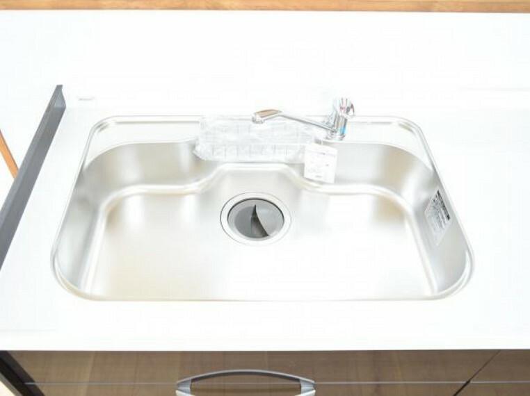 キッチン 【シンク】システムキッチンのシンクはとても広く、大きな鍋も洗いやすく、センターポケット形状で、排水口がスムーズです。