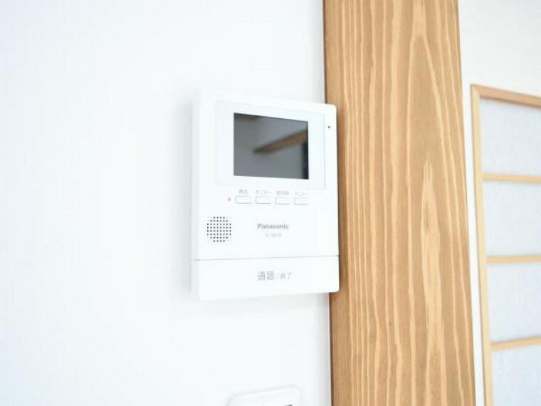 防犯設備 【インターホン】玄関には新品モニター付インターフォンが設置。リビングでは来客者の顔も確認でき 気持ち良くお客様をお迎えできます。
